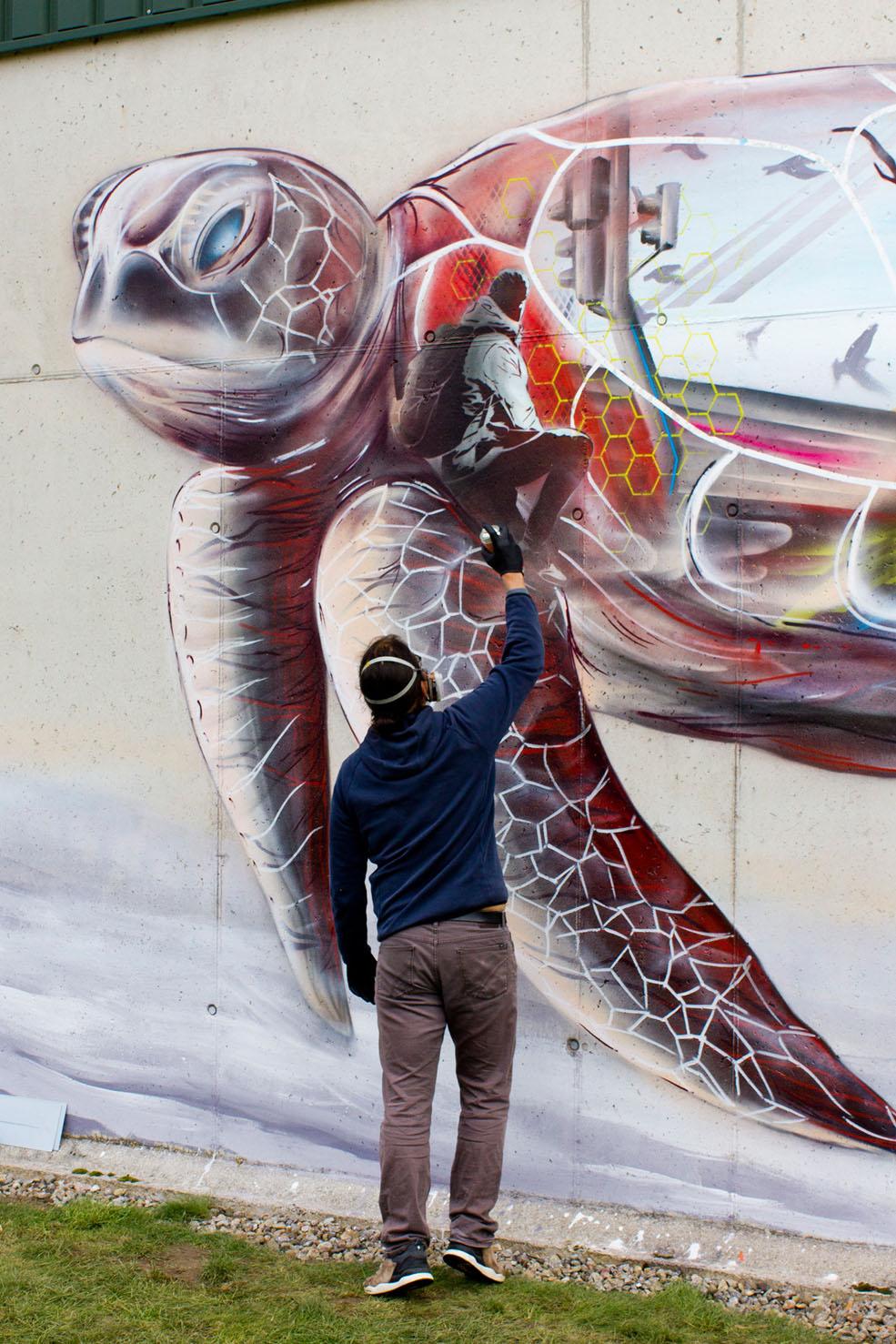 Mural (Wandgemälde) von Nasim Naji, Streetart in Braunschweig (Deutschland); Schildkröte; Sprühdose auf Wand; 2019