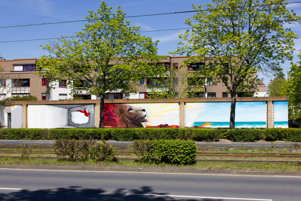 Mural (Wandgemälde/ Graffiti) von Nasim Naji, Streetart-BS an der Elbestraße in Braunschweig, Deutschland; Gesamtansicht; Sprühdose und Fassadenfarbe auf Garagenwand; 2021